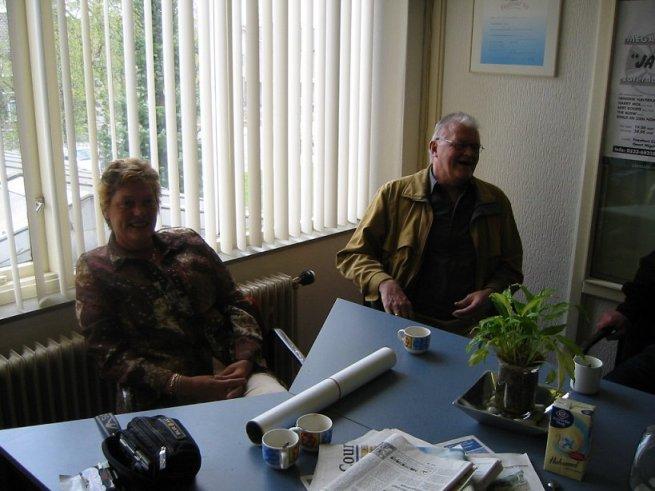 Henk Stoeten boven in de studio te Gramsbergen in gesprek met Piet & Lies, voordat het programma Music Memories begon.