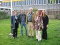 """Henk Stoeten na vele jaren weer naast """"zijn oude baas"""" Piet Vleesman, samen met  diens vrouw en kinderen."""