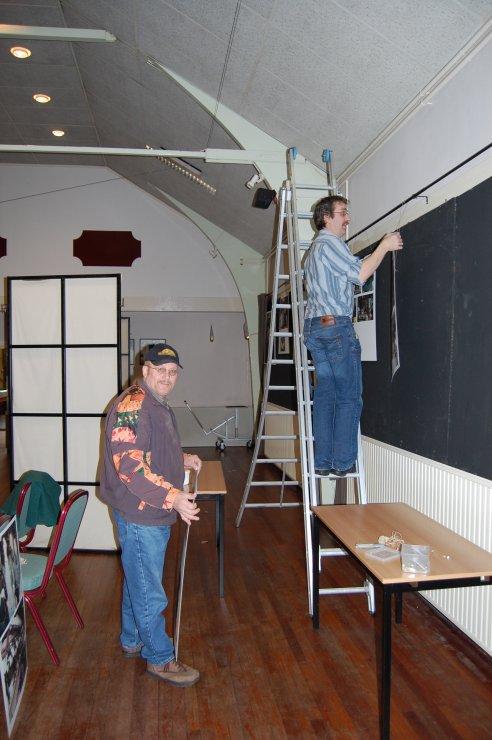 Ondertussen is Henk Stoeten samen met Dieter Weigert de zaal aan het aankleden dmv posters