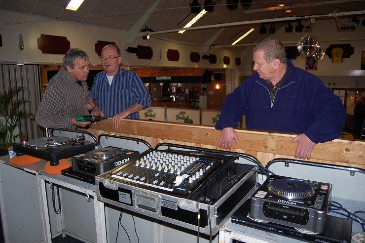 Johan, Gerrit en Egbert plaatsen de discotheek