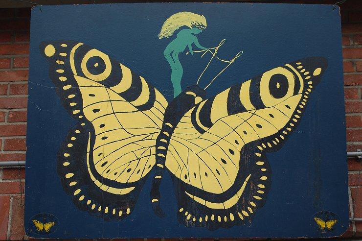 De grote vlinder hangt na 25 jaar weer aan de gevel
