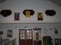 De T-shirts en de originele Papillon posters hangen aan de muur