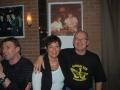 Kijk en vergelijk met de foto aan de muur. Anneke Hoeben en Johan Pasveer