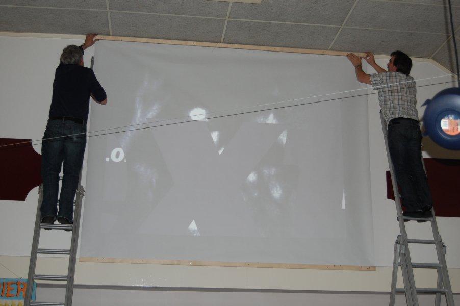 Videoscherm wordt opgehangen